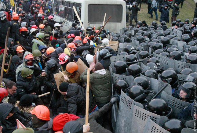 Pro-European protesters clash with riot police Ukranian during a rally near the government administration buildings in Kiev